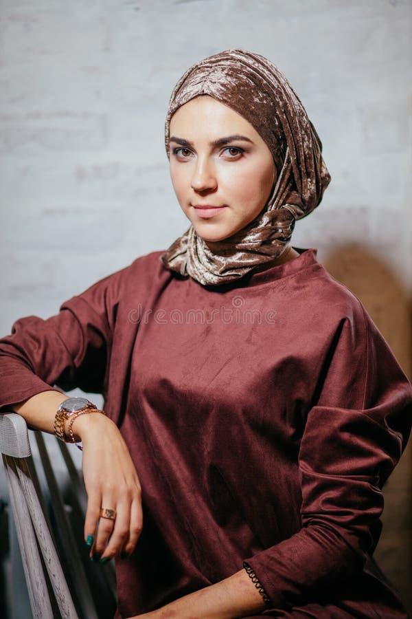 Asiatische muslimah Frau, die auf Kamera schaut lizenzfreies stockbild