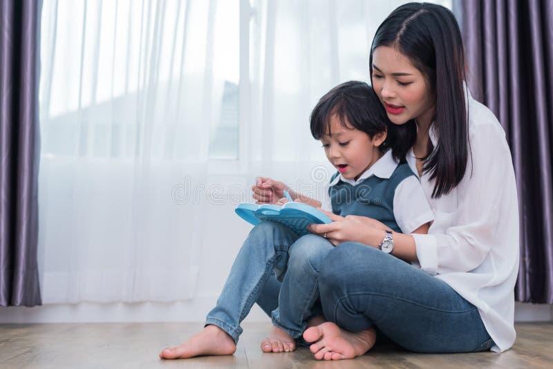Asiatische Mutter, die netten Jungen zu in Tafel zusammen zeichnen unterrichtet Zur?ck zu Schule und Bildungskonzept Familie und  lizenzfreie stockbilder