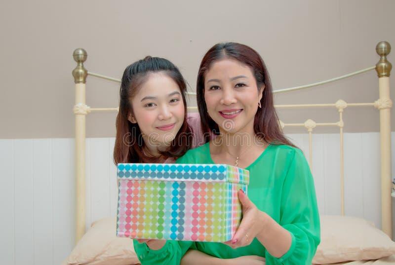 Schwangere Asiatische Mutter Und Ihre Tochter Stockfoto