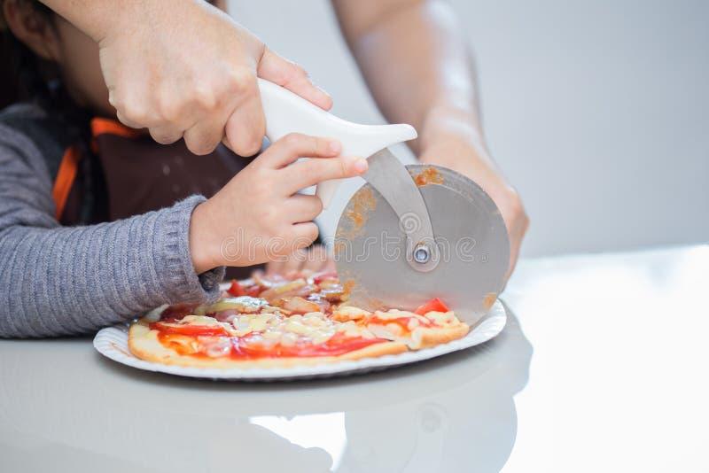Asiatische Mutter und Tochter genießen, Pizza zu machen lizenzfreie stockbilder