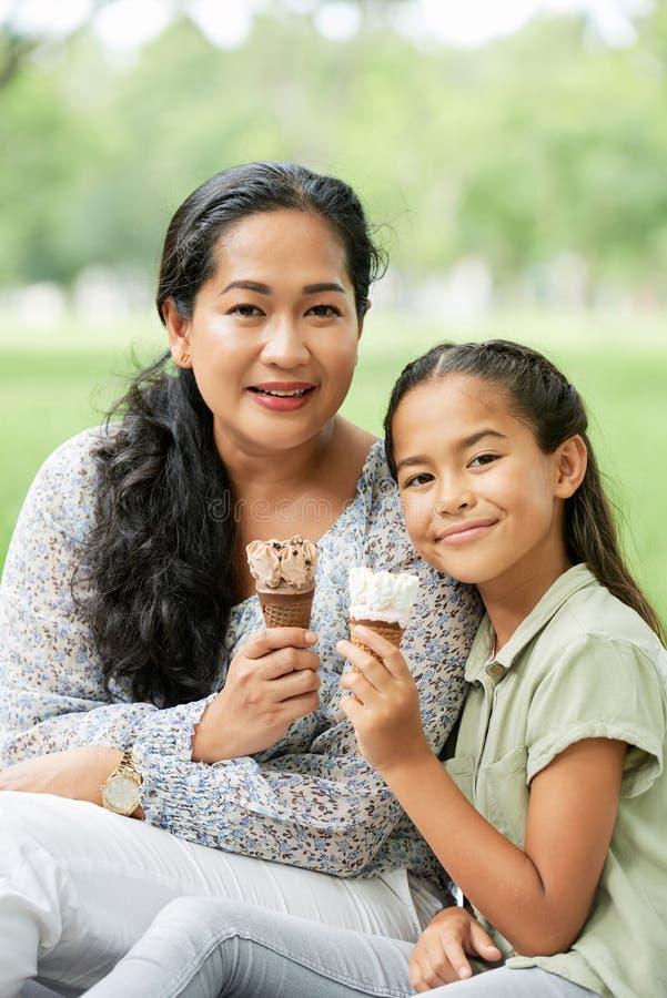 Frau Mit Ihrer Tochter, Die Ein Kreuz Betrachtet Stockbild
