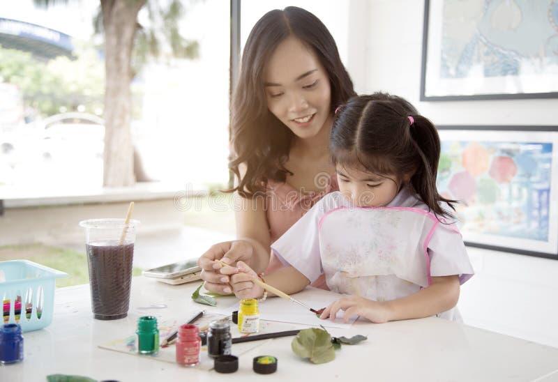 Asiatische Mutter- und Tochtermalereiwasserfarbe stockfotos