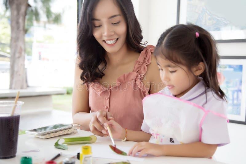 Asiatische Mutter- und Tochtermalereiwasserfarbe stockbild