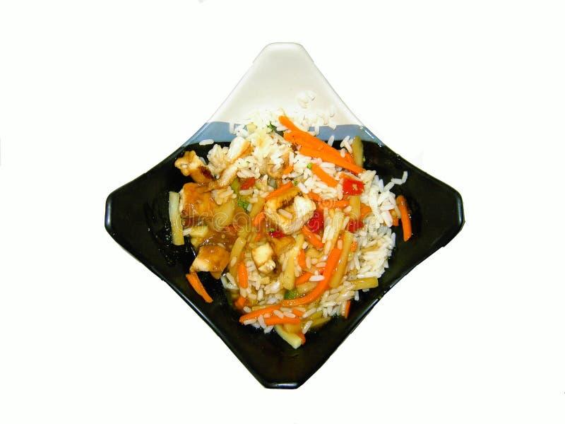 Asiatische Nahrung auf Platte mit Reis und Huhn stockbild