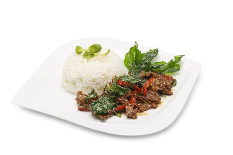 Asiatische Nahrung Aufruhr-Fried Beef With Tree Basil-Urlaub mit Reis auf lokalisiertem weißem Hintergrund stockfoto