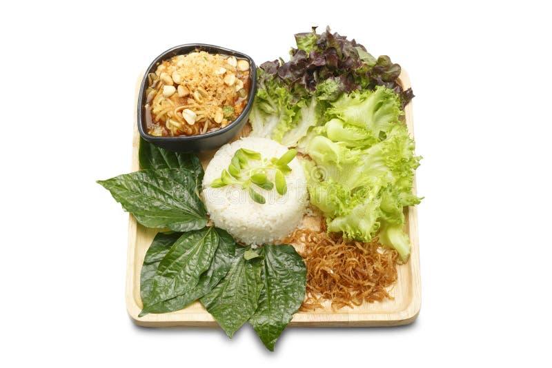 Asiatische Nahrung Reis mischte mit Kokosnuss-Creme mit Papaya-Salat khao Mann-Som Tam auf lokalisiertem weißem Hintergrund stockbild