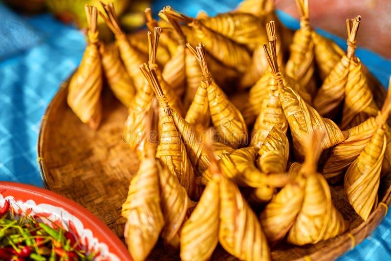 Asiatische Nahrung Thailändisches Ketupat Daun Palas (Reis-Mehlkloß) thailand lizenzfreie stockfotos
