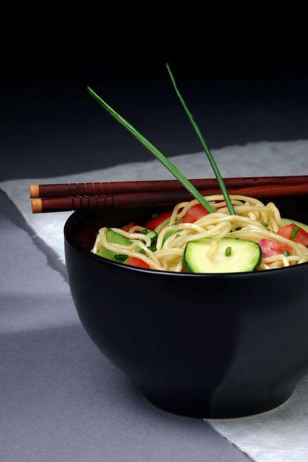 Download Asiatische Nudel-Schüssel stockfoto. Bild von getränk, stir - 32306