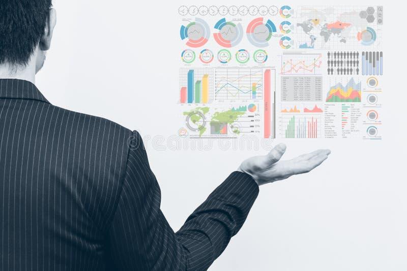 Asiatische offene Palme des Geschäftsmannes mit Marketing-Diagramm infographics lizenzfreie stockfotografie