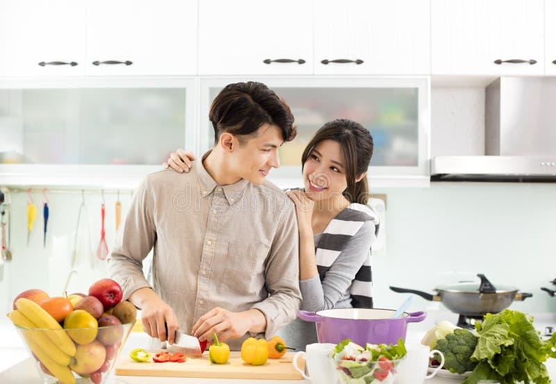 Asiatische Paare, die in der Küche kochen stockfoto