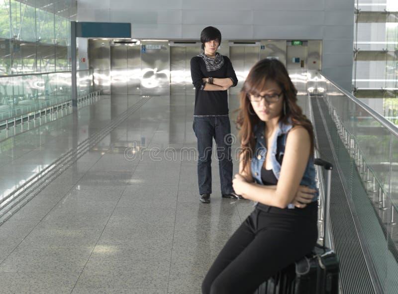 Asiatische Paare, die einen Kampf während ihrer Reise haben stockfotografie