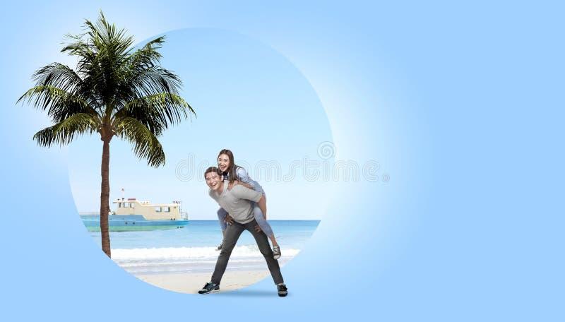 Asiatische Paare, die Spaß mit Hintergrund des sandigen Strandes haben stockbild