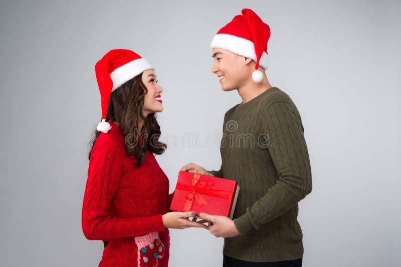 Asiatische Paare, die Weihnachtsgeschenke sich geben stockfoto