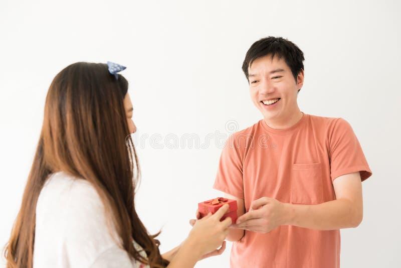 Asiatische Paare feiern Valentinsgruß auf Weiß stockfotografie