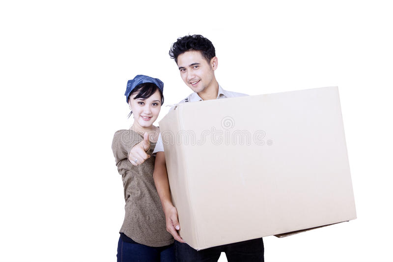 Asiatische Paare und Kasten - lokalisiert lizenzfreie stockfotos