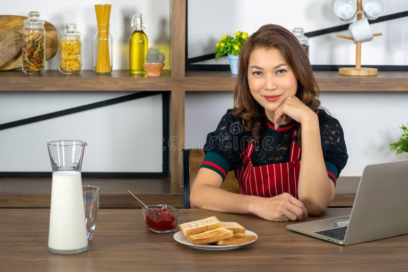 Asiatische schöne berufstätige Frauen mit Frühstück stockfoto