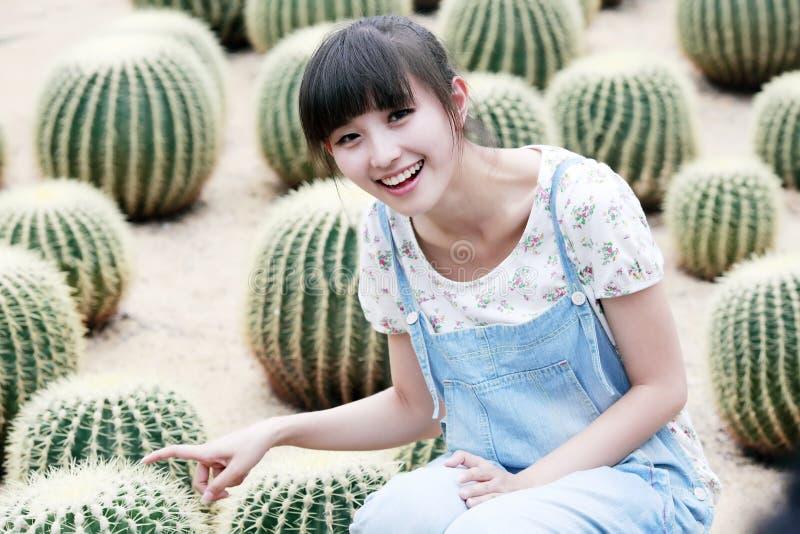Asiatische Schönheit auf dem Kaktusgebiet lizenzfreies stockfoto