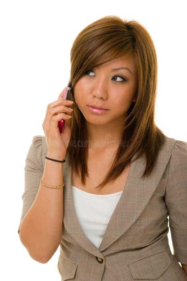 Asiatische Schönheit auf Mobiltelefon lizenzfreies stockbild