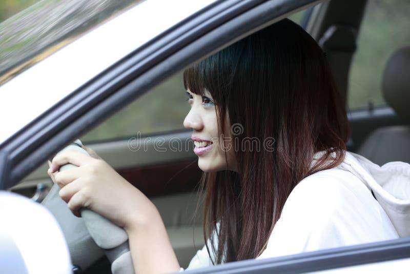 Asiatische Schönheit, die Auto antreibt stockfotografie
