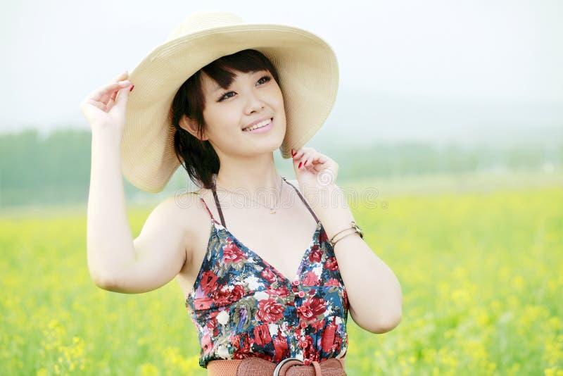 Asiatische Schönheit, die Sommer genießt lizenzfreies stockbild