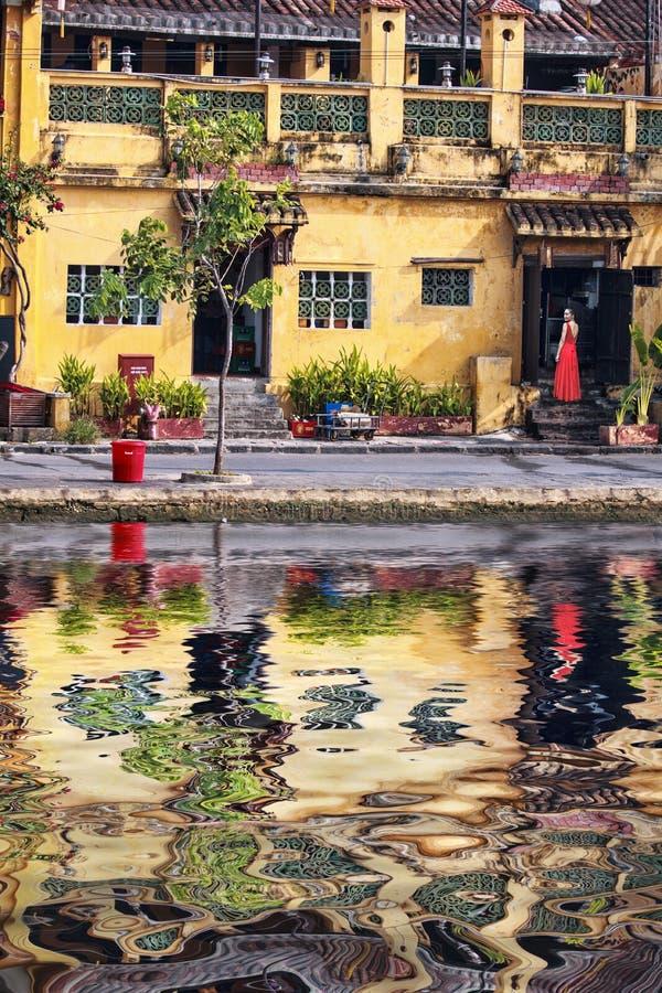 Asiatische Schönheit im roten Kleid des Sommers lizenzfreies stockfoto