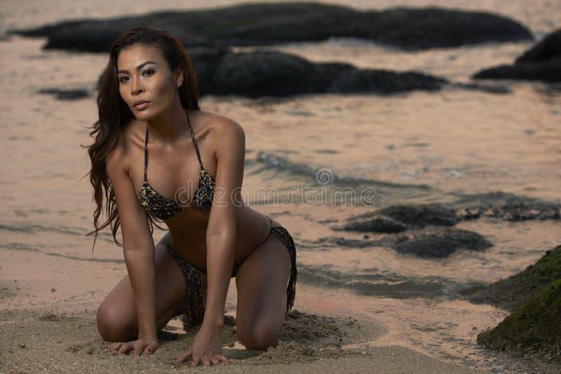 Asiatische Schönheit am Strand lizenzfreie stockfotografie