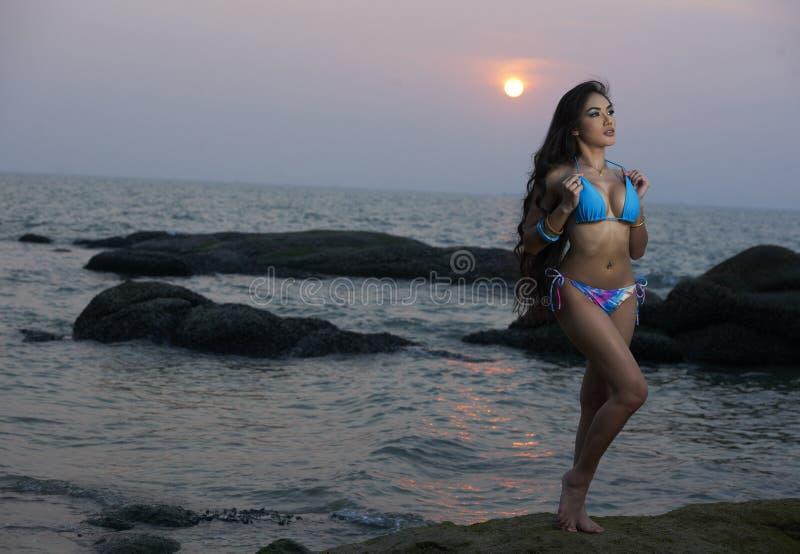 Asiatische Schönheit an Thailand-Strand lizenzfreie stockfotografie