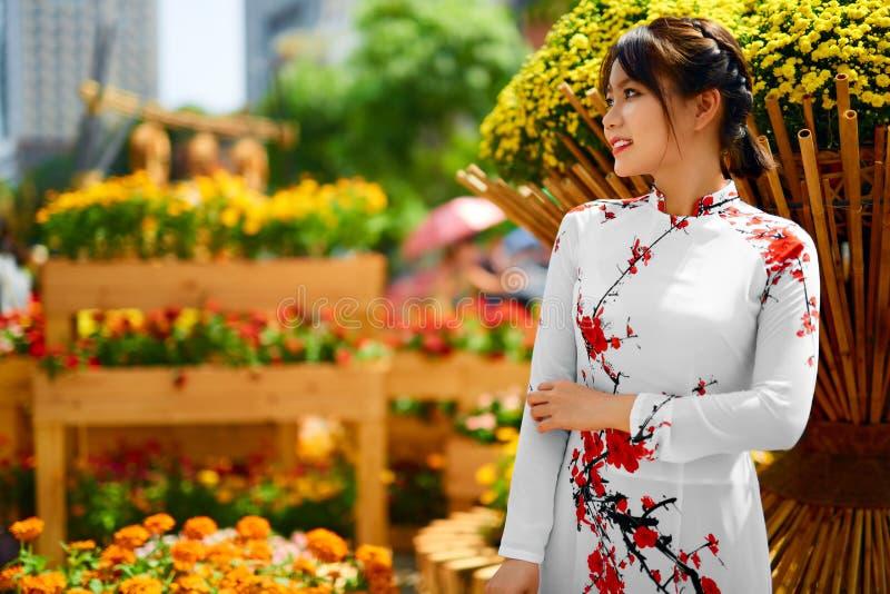 Asiatische Schönheits-Frau, die nationale traditionelle Kleidung, Vietna trägt stockfotografie