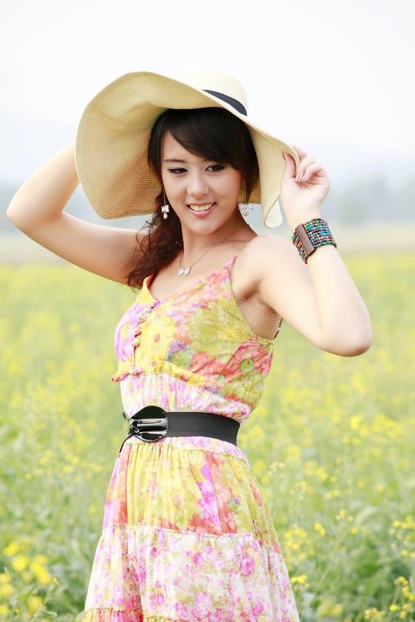 Asiatische Schönheitsaufstellung im Freien stockbild