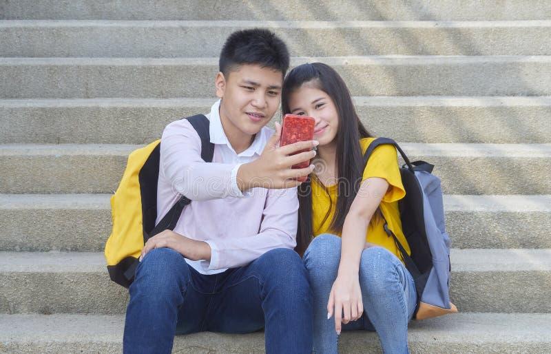Asiatische Schulkinder, Mann und weibliches lizenzfreie stockbilder