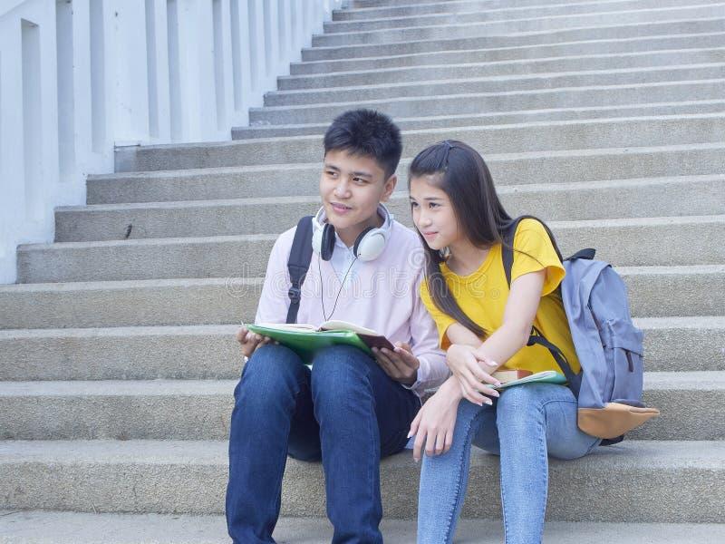 Asiatische Schulkinder, Mann und weibliches lizenzfreie stockfotografie