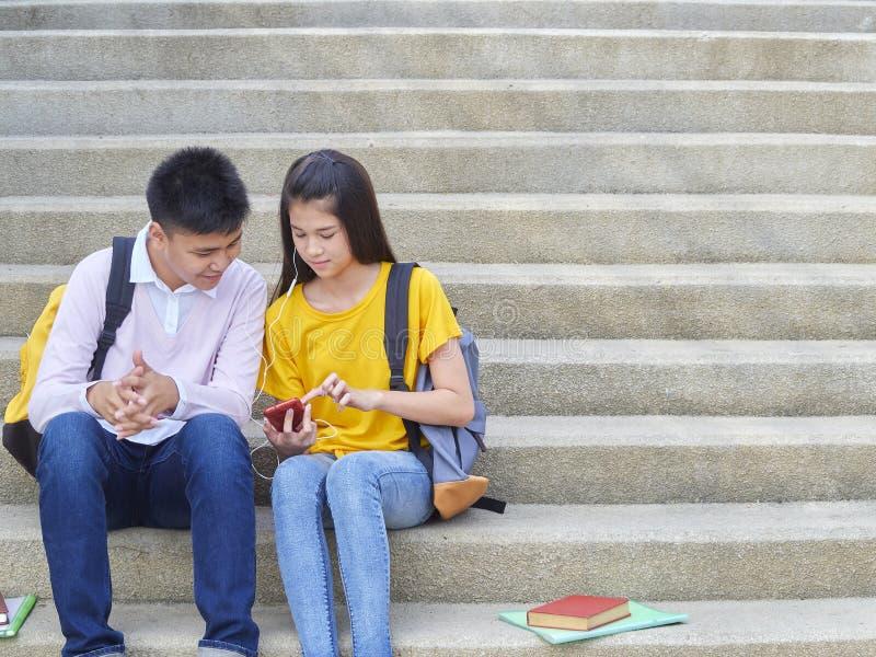 Asiatische Schulkinder, Mann und weibliches stockfotos
