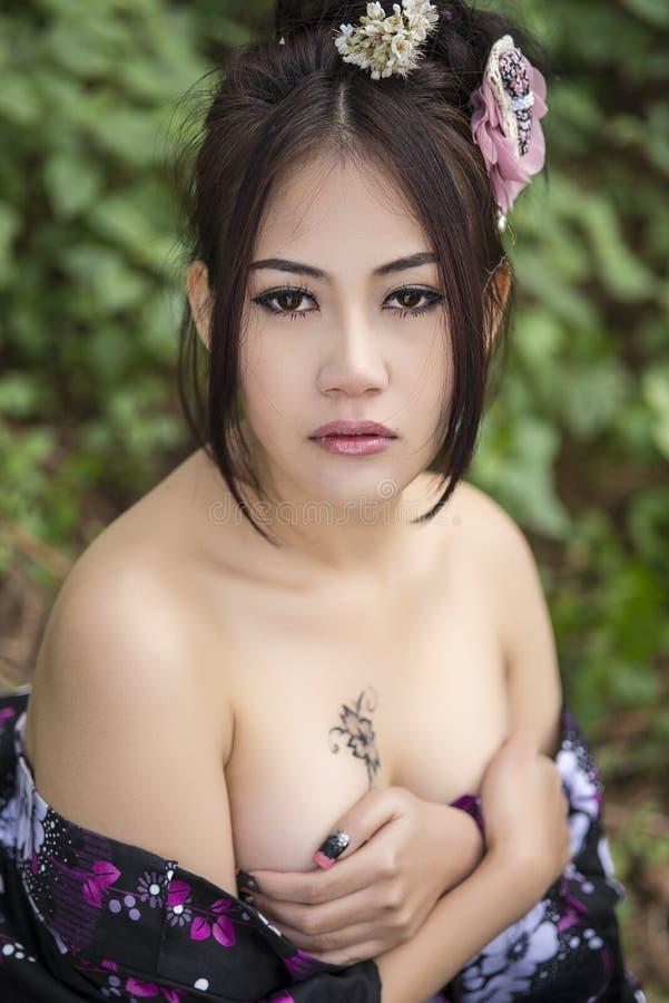 Asiatische sexy Frau mit japanischem Kimono lizenzfreies stockfoto