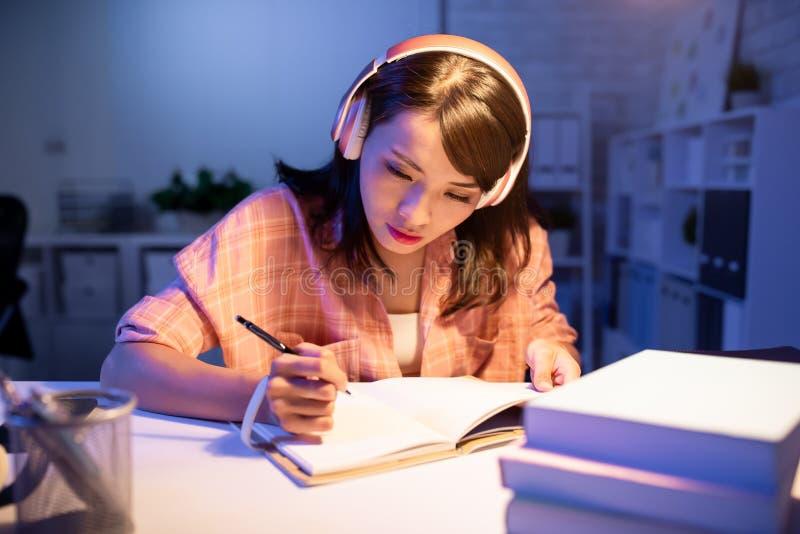 Asiatische Studentenstudie stark lizenzfreies stockbild