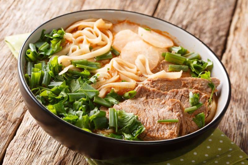 Asiatische Suppe gemacht von gedämpftem oder gedünstetem Rindfleisch, von der Suppe, vom Gemüse und von der chinesischen Nudelnah lizenzfreie stockbilder
