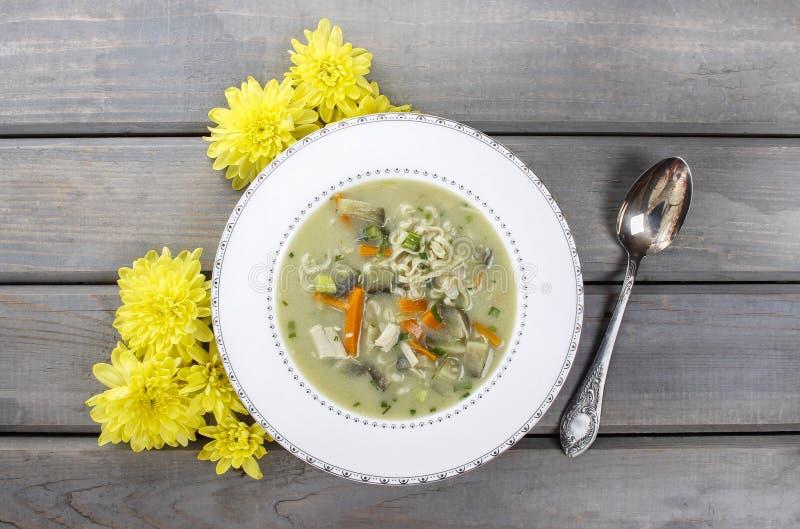 Asiatische Suppe mit Huhn und Kokosmilch stockfotos