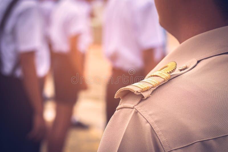 Asiatische thailändische Lehrer in der offiziellen Uniform stockfoto