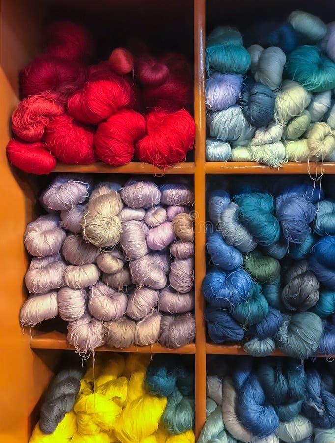 Asiatische traditionelle kulturelle Farbfärbendes silk Stoffprozess-Textilgarn-Threadgewebematerial im Kabinett lizenzfreies stockbild