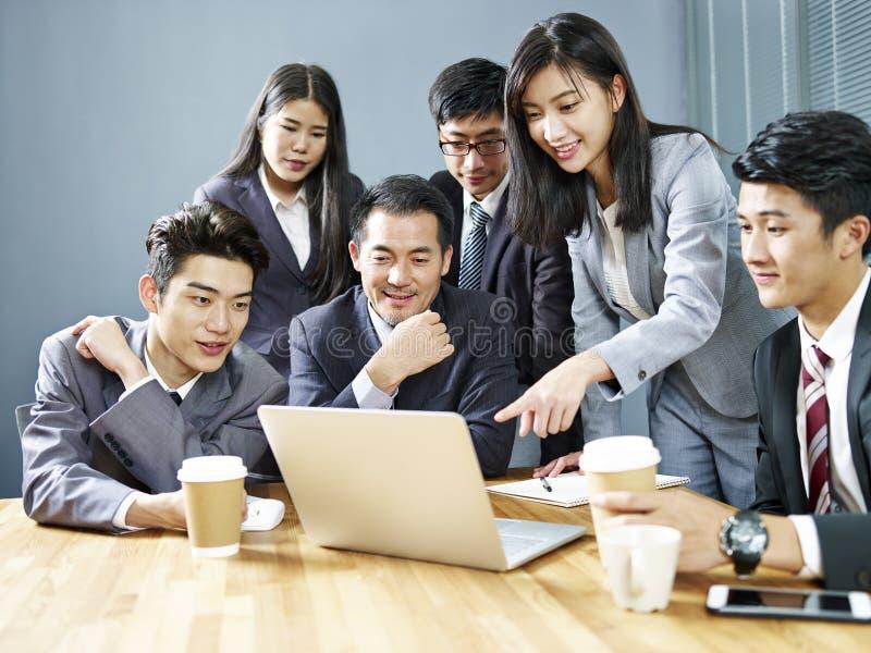 Asiatische Unternehmensleute, die Geschäftsergebnisse wiederholen lizenzfreie stockfotografie