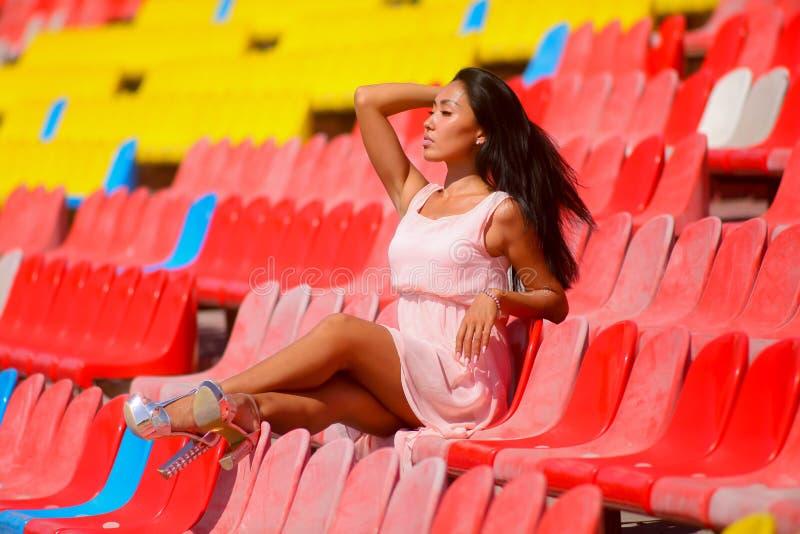 Asiatische vorbildliche Aufstellung am Stadion, das auf brigh sitzt stockfoto