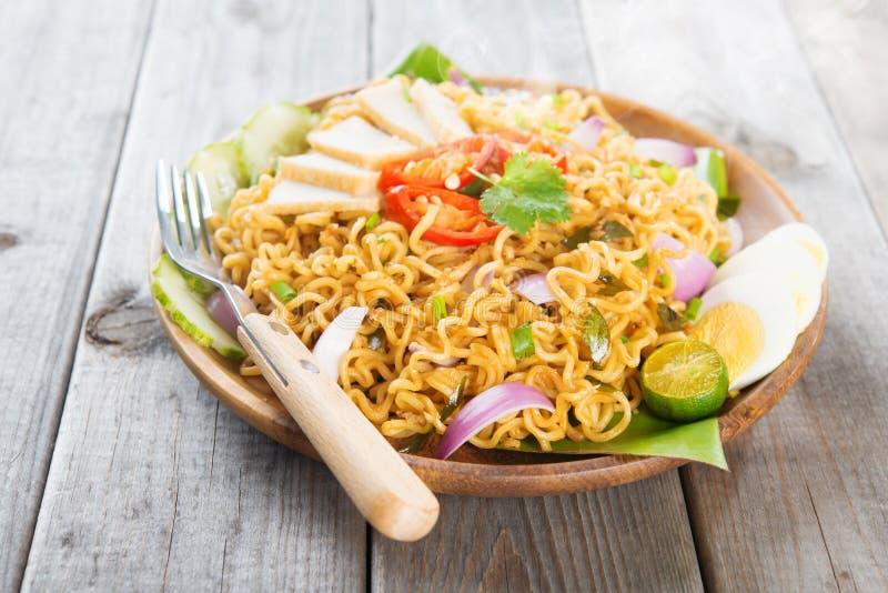 Asiatische würzige gebratene sofortige Nudeln des Currys lizenzfreie stockbilder