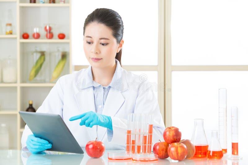 Asiatische weibliche Wissenschaftlerforschung für genetisches Änderungslebensmittel stockfoto