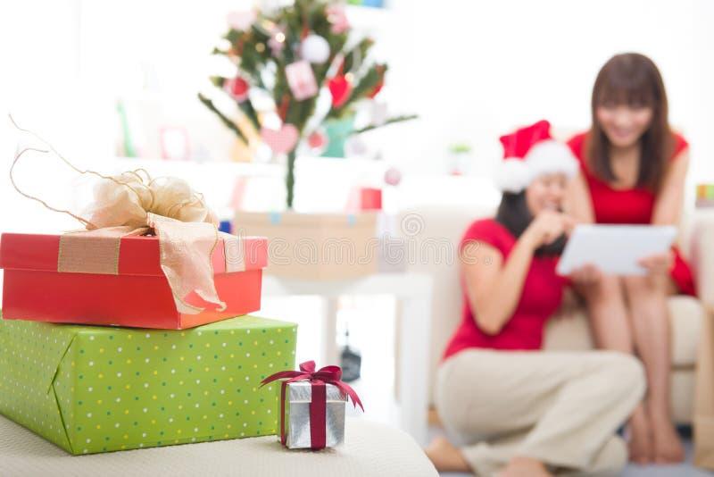 Asiatische Weihnachtsfreunde lizenzfreies stockfoto