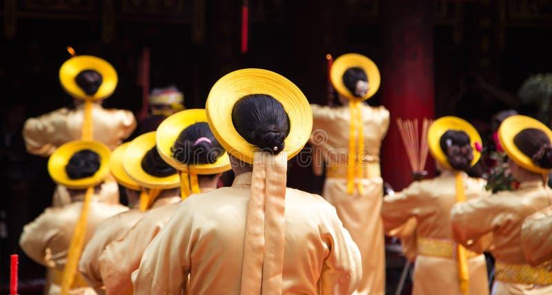 Asiatische Zivilkünstler, die geistige Tätigkeiten durchführen, um den Respekt zum Buddhisten auszudrücken stockfoto