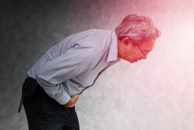 Asiatischer älterer Büromannesleidende Schmerz von den Magenschmerzen lizenzfreie stockbilder