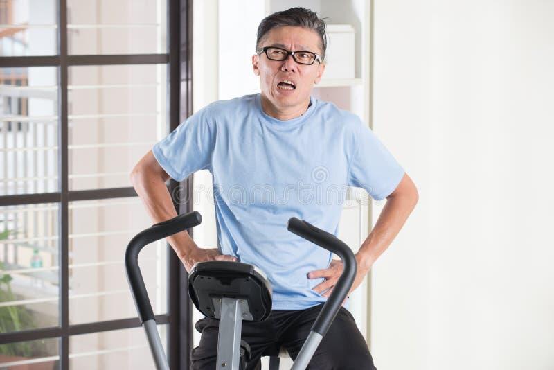 Asiatischer älterer Mann, der schwer keucht stockfotografie