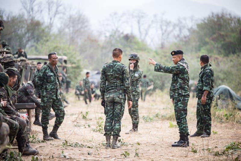 Asiatischer Armeesoldat mit Gewehr während der militärischen Operation auf dem Gebiet stockbilder