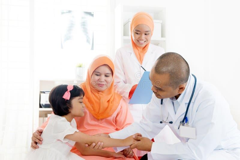 Asiatischer Arzt und Patient stockfotografie