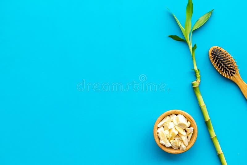 Asiatischer Badekurorthintergrund Zensteine und -orchidee Bambusniederlassung, Badekurortkosmetik auf blauem Draufsichtraum des H stockbild