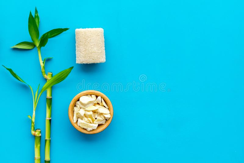 Asiatischer Badekurorthintergrund Zensteine und -orchidee Bambusniederlassung, Badekurortkosmetik auf blauem Draufsichtraum des H lizenzfreies stockbild